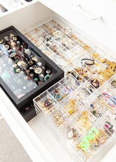 An easy hack to organize jewelry at home. This setup will make it simple to stor. - An easy hack to organize jewelry at home. This setup will make it simple to store your jewelry. Jewelry Organizer Drawer, Jewelry Drawer, Jewellery Storage, Jewelry Holder, Diy Jewelry, Necklace Holder, Pearl Jewelry, Home Organization Hacks, Closet Organization
