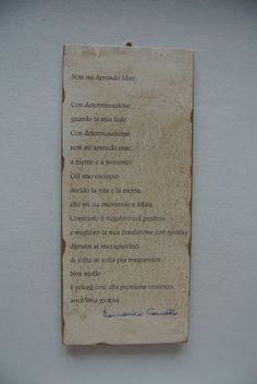 Quadretto poetico. Poesia bagnata nel te e resa antichizzata bruciando i bordi e poi attaccata su base in legno. Si può appendere o appoggiare al muro. Questo ed altri quadretti sulla mia pagina facebook Cadò e sul mio sito: http://poesiaeoltre.wordpress.com. #quadretto, #poetico, #poesia, #base, #legno, #te, #antichizzata, #bordi, #muro, #appendere, #appoggiare.