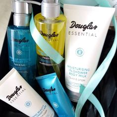 Douglas Essential este noua linie de produse de ingrijire, cu ingrediente naturale si rezultate dovedite, ce ofera o frumusete adaptata fiecarui tip de piele! Destinate ingrijirii faciale si corporale de baza, ofera solutii individualizate pentru orice tip de piele. Cu formule inteligente, formate multiple, ingrediente naturale si eficienta in rezultate, produsele Douglas Essential sunt testate …