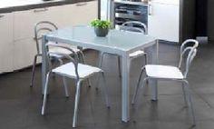Pack Saiti-Cadell: Conjunto de mesa metálica , con tapa de cristal translúcido o negro. Cuatro sillas metálicas tapizadas en negro o blanco. Se sirve en Kit de muy fácil montaje y con instrucciones claras. Cristal templado de 6.5mm. Cristal con círculo de acero termo-pegado Estructura metálica con recubrimiento epoxi-poliester. Patas con tapas de plástico antirrayado. Tapizado en PVC lavable. Apilable,