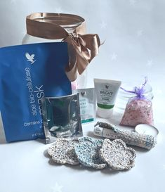 What better way to treat that special someone but with a spa in a jar? This luxurious guft set includes a bio-cellulose face mask, Himalayan bath salts, reuseable cotton wool pads, aloe blossom tea, a white linen scented tealight, an aloe lips, lip balm holder, a mini aloe product and a aloe gelly sachet.  All in an upcylcled jar. That's an awful lot for just £25 #pampergift #spainajar #spagift #aloegift #pamperpresent #spapresent