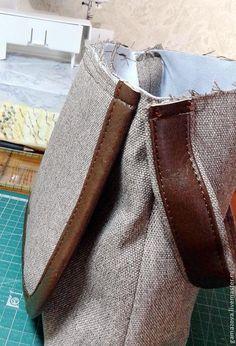 В этом мастер-классе я хочу предложить свой способ изготовления плоской двухслойной ручки из материалов контрастных цветов. В моем примере сумка сшита из мебельного драпа и искусственной кожи (в качестве контрастной отделки). Итак: 1. Выкраиваем две полоски: одну — из основной ткани (или материала), 2-ю — из контрастной (в данном случае из искусственной кожи).
