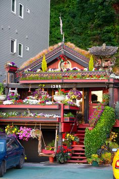 15 Strange and Unusual Homes you have never seen--BUT I HAVE SEEN IT! IT IS IN SEATTLE ON the Bay, surrounded by huge new condos and just this one pretty little cottage, and YES it looks exactly like this ! Ful House, Crazy Houses, Weird Houses, Beautiful Homes, Beautiful Places, Beautiful Flowers, Porches, Picture Store, West Seattle