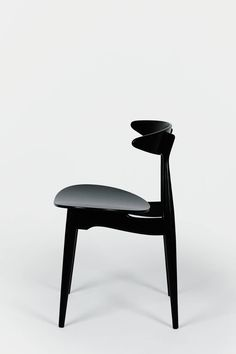 CH33 by Hans Wegner, 1957-----_------------------ I'll have to do some research on the making process of the seat component.