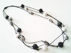 Collana GIRO': 19 elementi, carta, cartone ondulato bianco, nero e argento tagliato a mano, filo di cotone cerato, colla vinilica