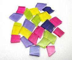 Pedras de vidro utilizadas para confecção de Mosaicos ,Bijuterias e/ou outras aplicações decorativas/ artesanais Pacotes de 50 G com pastilhas de vidro texturadas em vários formatos. * vidro c/ corte / pintura a frio  SORTIDINHAS COLORIDAS R$ 6,50