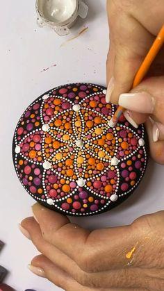 Mandala Art Lesson, Mandala Artwork, Mandala Painting, Stone Art Painting, Dot Art Painting, Painting Tips, Mandala Painted Rocks, Mandala Rocks, Rock Painting Patterns