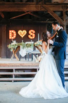 wedding dance - photo by Jenny Smith and Co http://ruffledblog.com/pumpkin-themed-fall-wedding || love everything about this