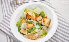 Sałatka Cezar. W pełni zasługuje na swoją sławę [PRZEPIS] Fresh Rolls, Potato Salad, Salads, Potatoes, Homemade, Chicken, Ethnic Recipes, Food, Cookies