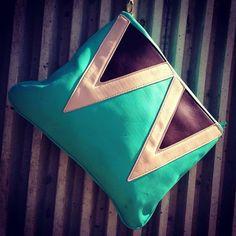 Clutch Triángulos 25,00 € Te encantarán las posibilidades de este bolso. De diseño geométrico y en colores vivos, perfecto para esta tempora...