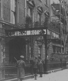 Free State troops about to storm Gresham Hotel, Irish Civil War Ireland Pictures, Old Pictures, Old Photos, Dublin Street, Dublin City, Ireland 1916, Dublin Ireland, Roisin Dubh