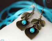 Boucles d'oreilles en Howlite Turquoise et pampilles feuilles, Collection Minérale : Boucles d'oreille par cabochon-chic