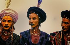 The beauty standards and criteria aren't all that different from your typical beauty pageant, except in the nomadic Wodaabe tribe of Niger, it's the girls who African Men, African Fashion, African Tribes, Ethnic Fashion, 90s Fashion, Travel Photographie, Afrique Art, Desert Fashion, Beauty Contest