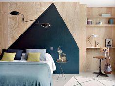 dormitorio con pared de madera