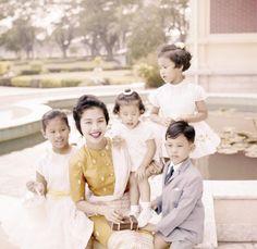 Queen Sirikit avec elle et les enfants de roi Bhumibol: (devant, à droite) SAR le Prince héritier Maha Vajiralongkorn, (à gauche) Princesse Ubolratana Rajakanya avec SAR la Princesse Maha Chakri Sirindhorn et SAR la Princesse Chulabhorn Walailuk.
