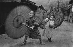 Bambini che fanno roteare gli ombrelli, 1937 circa dalla serie Bambini (Kodomotachi) Ogōchimura Ken Domon Museum of Photography
