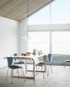 Fritz Hansen; PK33, Syver stole i forskellige blå - grønne farver, PH lampe og Essay spisebord