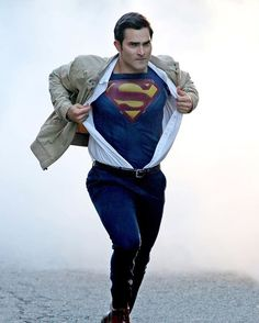 #TylerHoechlin ripped off his street clothes while transforming from Clark Kent into Superman on the #Supergirl set!