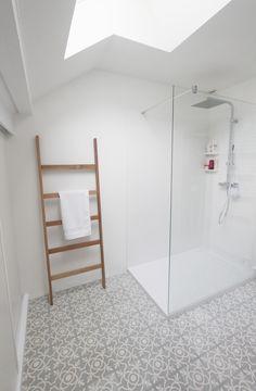salle de bain - carreaux de ciment - douche en corian