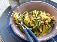 Squash, egg, bacon, fløte og parmesan blir en deilig lavkarbo-middag. Foto: All Over Press.