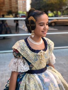 Mediterranean People, Smart Girls, Traditional Outfits, Neutral Colors, Preppy, Saree, Costumes, Nice, Hair Styles