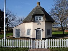 Dutch Cottage Museum. Octagonal thatched cottage.