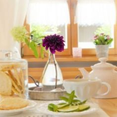 triky od designérů Bude, Glass Vase, Table Decorations, Furniture, Home Decor, Small Moments, Good Morning, Decoration Home, Room Decor