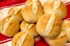 Brötchen wie vom Bäcker von claudi77   Chefkoch Easy Baking Recipes, Linguine, Bread Rolls, Food And Drink, Sweets, Cooking, German Recipes, Baguette, Cakes