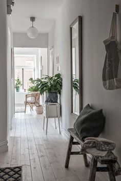Want to find proposal for a good foyer decor for this year? Just open this article. Here adds a lot of inspirational pictures of foyer decor for you Foyer Decor, House Styles, Home And Living, Modern Bedroom Interior, Interior Design, Floor Design, Home Decor, House Interior, Home Deco
