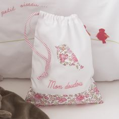 Minus the embroidered writing, I think I could almost make this! Baby Embroidery, Machine Embroidery Patterns, Baby Couture, Couture Sewing, Sachet Bags, Drawing Bag, Fabric Gift Bags, String Bag, Liberty Fabric