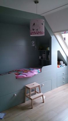 Het eindresultaat na inspiratie op pinterest :-) bedstee Attic Bedrooms, Bedroom Loft, Cool Kids Bedrooms, Girls Bedroom, Attic Spaces, Kid Spaces, Built In Bed, Paint Colors For Living Room, Diy Bed