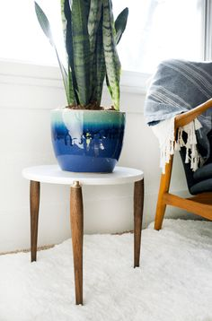 30 Impressive DIY Plant Stands You Can Build at Home Modern Plant Stand, Metal Plant Stand, Diy Plant Stand, Plant Stands, Mid Century Interior Design, Mid-century Interior, Diy Furniture Projects, Diy Home Decor Projects, Second Hand