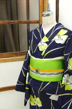 濃紺色地に、黄緑のぼかし幻想的に染め出された雛芥子のような花模様が描かれた注染レトロ浴衣です。 #kimono