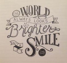 Le monde a toujours l'air plus brillant avec un sourire
