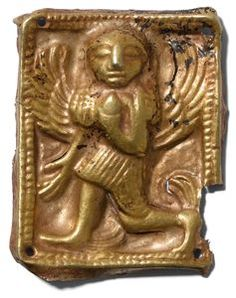 Skythisch, 5.–4.Jh. v. Chr. Goldblech. Hochrechteckige Reliefarbeit. Gorgo mit weit ausgebreiteten Flügeln nach links gehend. Kordelrahmen. In allen vier Ecken ein Loch zur Befestigung des Besatzes auf das Gewand. Fehlstelle an der unteren rechten Ecke. 3,5x2,3 cm.