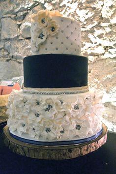 Flowers and pearls, white, blue, coral wedding cake. Gâteau de mariage blanc, bleu, corail avec fleurs et perles.