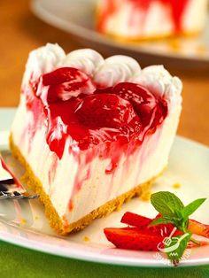 Il Cheesecake alle fragole (cheesecake with strawberries) è un dessert super squisito, un grande classico della pasticceria di qualità. Come tirarsi indietro di fronte a tanta golosità? cheesecakeallefragole #strawberriescheesecake