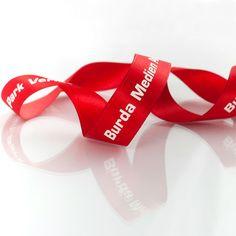 rotes Satinband für Burda #image #ribbons #geschenkband mit Ihrem Logo individuell bedruckt #createam #image #schleifenband #satinband #banddruck #logoband #bandweberei #ribbons #imageribbons #satinribbons #namensbaender #geschenkband #packaging #freiburg
