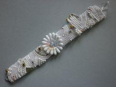 ...eine Blüte inmitten von Eis und Schnee...  Unikat    mit viel Freude habe ich dieses Armband bestickt. Die einzelnen Perlen,Rocailles, glasklar, ma
