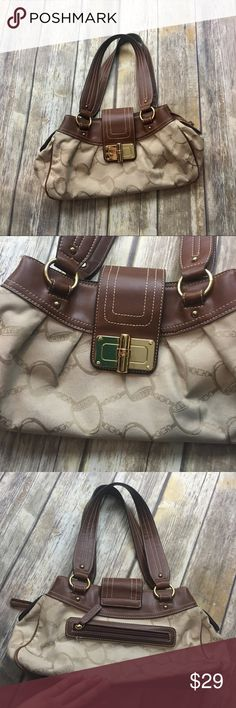 🎈 Chaps Brown and Tan Chain Design Purse Brown and tan design chain purse. In good used condition normal wear including light  scratches. Many pockets including two separated sides.outside pockets. 8 inch depth. 15 inch length. 5 inch width. Chaps Bags Hobos
