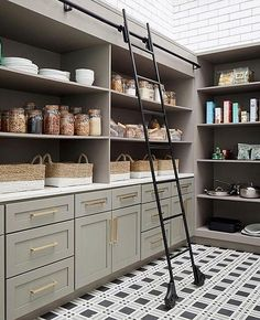 These clever kitchen pantry organization hacks will save your food from the deadline. Get some ideas for your pantry closet organization here. – Experience Of Pantrys Pantry Room, Pantry Storage, Walk In Pantry, Kitchen Storage, Pantry Shelving, Pantry Organization, Organizing Ideas, Pantry Diy, Corner Pantry