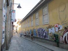 Die Galerie-Straße von Porto. In den Abendstunden füllt sie sich - angeblich. Foto: Doris Portugal, Street View, Porto