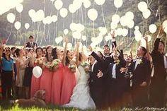 Una suelta masiva  de globos en una boda siempre es una idea muy original para que participen todos los invitados de la fiesta y queden recuerdos plasmados en fotograía muy bonitos