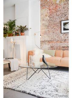Het contrast tussen de ruwe stenen muur en de lichte, zachte kleuren zorgt voor een perfect evenwicht!