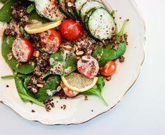 Frisk, crunchy, sunn og næringssalat til lunsj eller middag? Check! Spinat- og quinoasalat er det du leter etter.