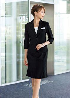 ラインが綺麗なシンプルブラックスーツ☆ アラサー(30代)女性におすすめのスカートスーツまとめ。