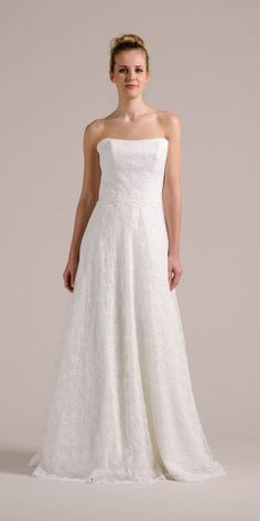 Sue, unser Hochzeitskleid trägerlos ganz pur im Studio. Was sagst du zu ihrer Blümchenspitze und der femininen Corsage?