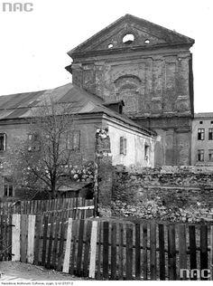 św Agnieszki prze Dietla Zdjęcie wykonano przed rokiem 1932 kiedy rozpoczęto prace restauratorskie. Wcześniej do 1926 r. świątynia byłą w rękach żydowskich i służyła za skład żelaza. Na pierwszym planie widać jedno z ocalałych skrzydeł klasztoru, zburzone w trakcie wspomnianych prac. Krakow Poland, Old Photography, Planet Earth, Old Photos, Planets, Tours, Painting, Life, Retro