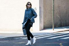 Street style à la Fashion Week printemps-été 2017 de New York chaussures boots blanches chemise oversized