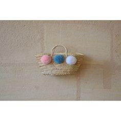 Panier à pompons rose poudré, bleu canard et blanc. À venir découvrir sur www.boutiqueboheme.fr